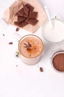 Il cioccolato lassi è una bevanda fredda tradizionale indiana accanto a cacao, yogurt e pezzi di cioccolato