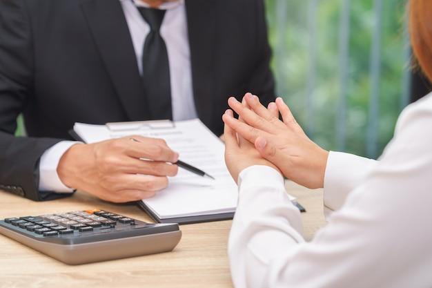 Il cliente o la donna dice no o resisti quando l'uomo d'affari che dà la penna per la firma di un contratto