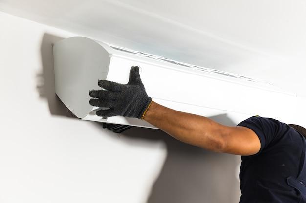 Il climatizzatore tecnico installa il nuovo climatizzatore