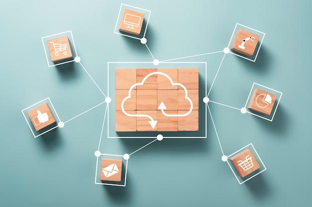 Il cloud computing virtuale viene stampato sullo schermo su blocchi di cubi di legno e collega la linea con altri social media
