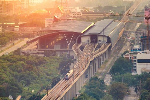 Il collegamento ferroviario dell'aeroporto è un binario per treni rapidi e pendolari