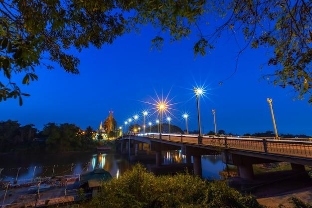 Il colore del semaforo di notte sulla strada sul ponte