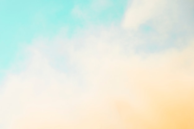 Il colore di holi si diffuse di fronte al cielo blu