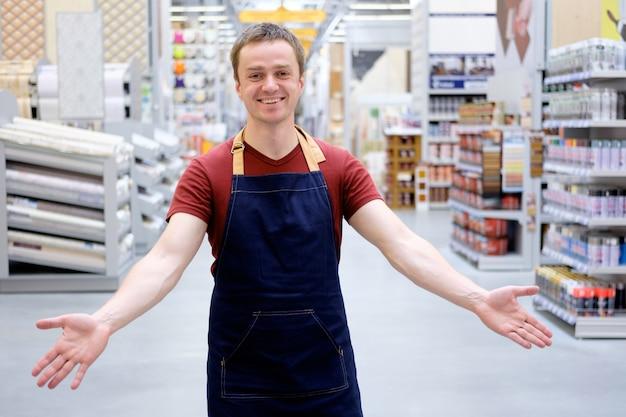 Il commesso accoglie i clienti con il sorriso al super negozio della costruzione