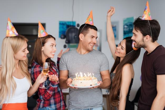 Il compleanno di un ragazzo e i suoi amici si congratulano con lui.