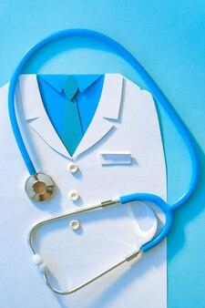 Il concetto astratto del giorno di salute di mondo con medico sfrega e lo stetoscopio