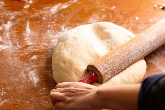 Il concetto del forno dell'alimento che produce il pane ha dought per il pane intrecciato del rotolo di cannella con lo spazio della copia