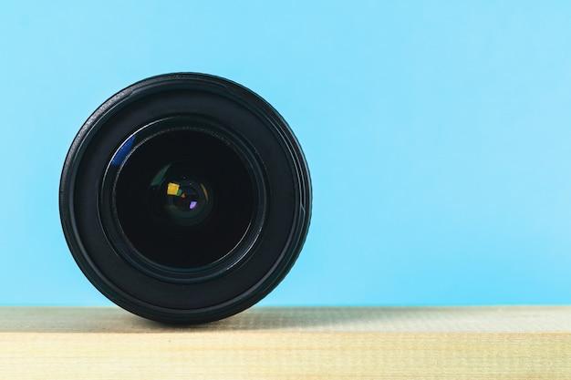 Il concetto del giorno del fotografo e il giorno della fotografia su uno sfondo blu pastello.
