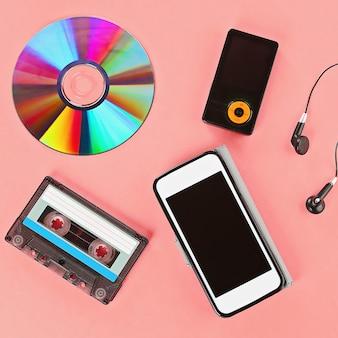 Il concetto dell'evoluzione della musica. cassetta, cd-disk, lettore mp3, telefono cellulare.