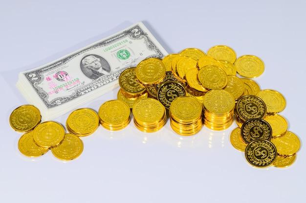 Il concetto della scena a terra bianca dei soldi di risparmio di punto della pila dei soldi