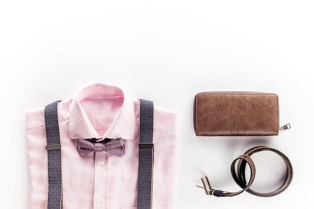 Il concetto di abbigliamento maschile su bianco