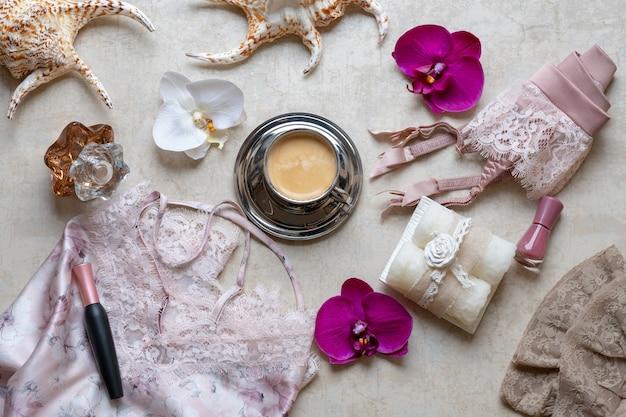 Il concetto di bellezza nel blog, caffè espresso, camicia da notte, cintura per calze, cosmetici, profumi.