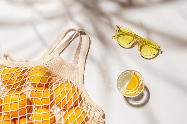 Il concetto di estate. borsa shopping ecologica.