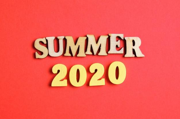 Il concetto di estate nel nuovo anno. numeri in legno 2020 con lettere