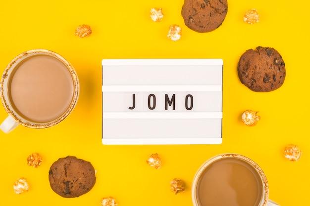 Il concetto di gioia di perdersi è scritto su un tavolo giallo brillante.