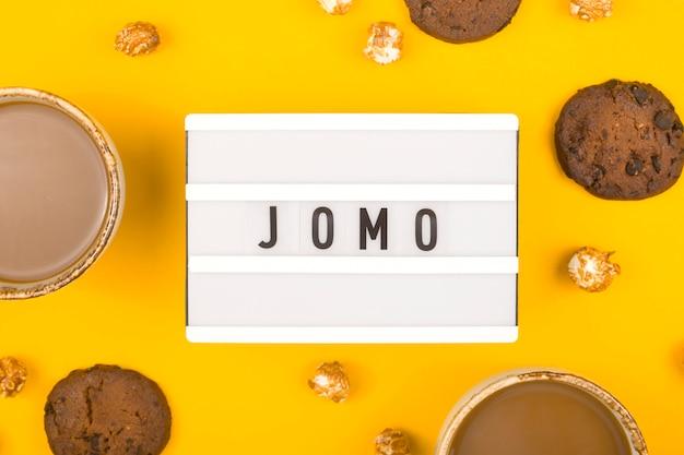 Il concetto di gioia di perdersi sul tavolo giallo brillante.