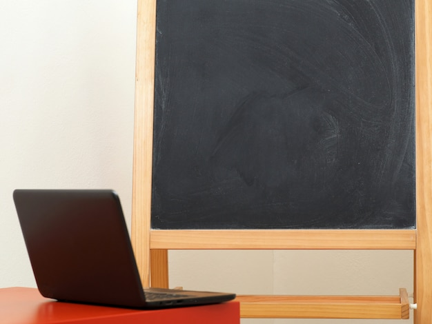 Il concetto di istruzione online, un computer portatile e una lavagna. copia spazio.