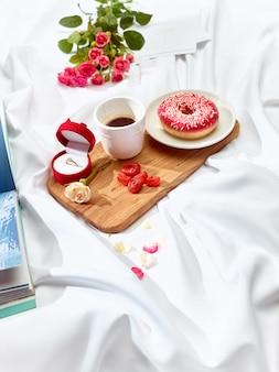 Il concetto di lettera d'amore sul tavolo con colazione
