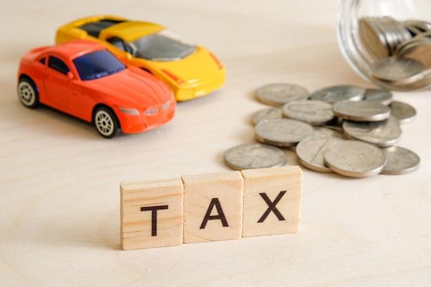 Il concetto di pagare le tasse sulla macchina.
