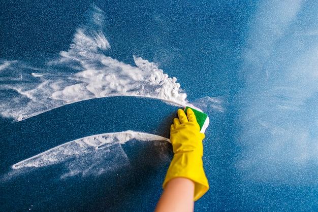 Il concetto di pulizia della casa, asciugandosi macchie e polvere.