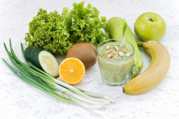 Il concetto di purificazione dalla disintossicazione, gli ingredienti di un gallo verde vegetale