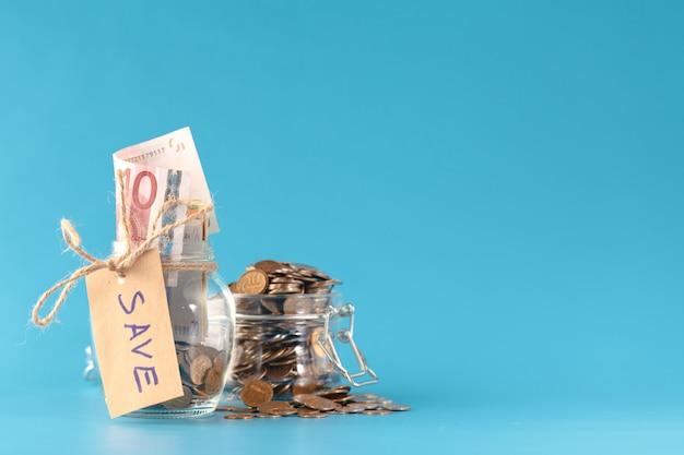 Il concetto di risparmio di denaro e investimenti in crescita aziendale