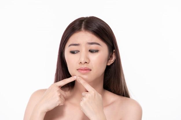 Il concetto di sana bella donna. le belle donne stanno vivendo problemi di pelle. le belle donne stanno schiacciando l'acne sulla faccia.