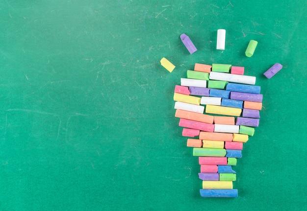 Il concetto di scuola e di istruzione, colora il gesso sulla lavagna verde