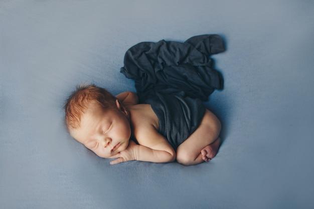 Il concetto di stile di vita sano, fecondazione in vitro - un neonato dorme sotto una coperta. copia spazio