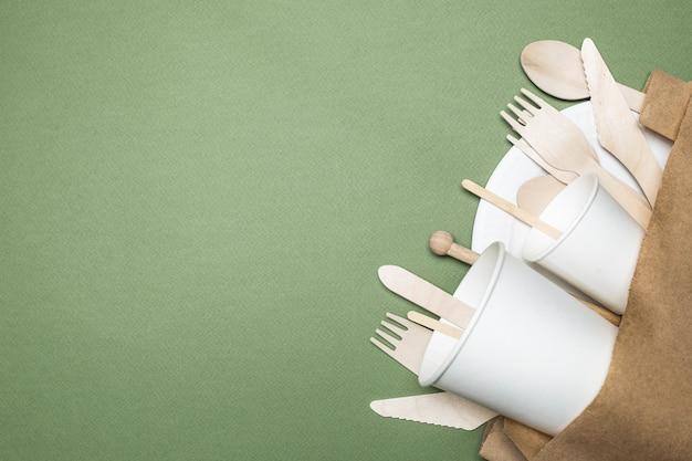 Il concetto di stoviglie usa e getta ecologiche fatte di carta e legno. vista dall'alto.
