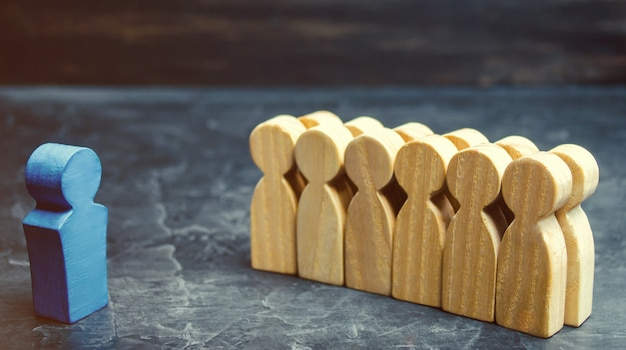 Il concetto di un business leader. il boss in piedi davanti alla squadra e dà istruzioni