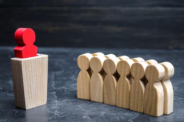Il concetto di un business leader. il capo in piedi davanti alla squadra