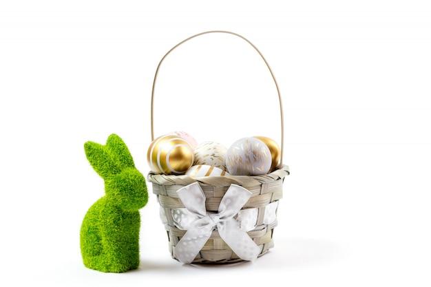 Il coniglietto di pasqua con lustro dorato ha decorato le uova isolate su fondo bianco. decorazione divertente. buona pasqua