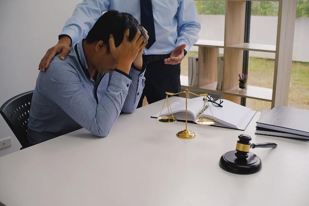 Il consulente legale presenta al cliente un contratto firmato con martelletto e legge legale