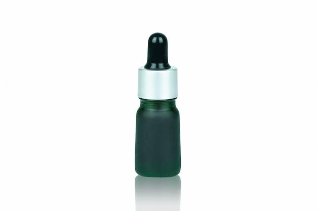 Il contagocce verde della bottiglia per contiene la cannabis liquida isolata su bianco