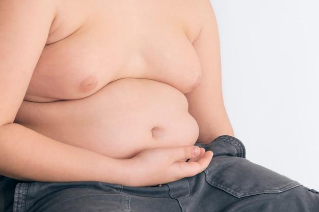 Il corpo di un bambino in sovrappeso, il problema dell'obesità nei bambini.