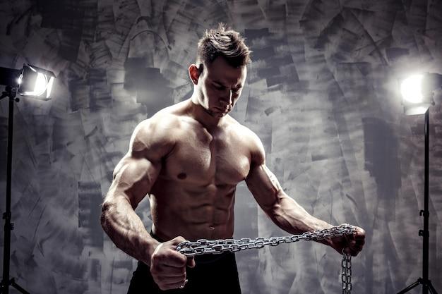Il corpo maschile perfetto - in posa culturista eccezionale