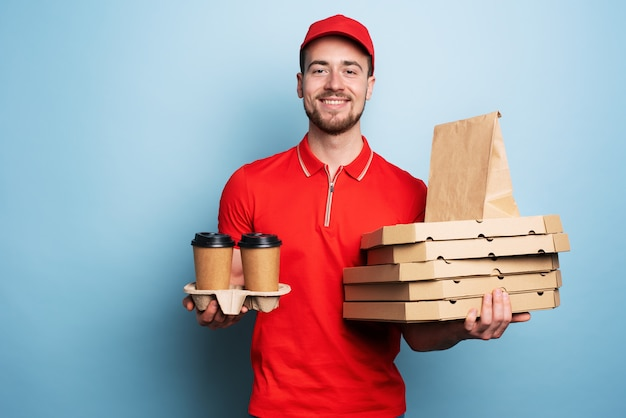 Il corriere è felice di consegnare caffè e pizze calde.