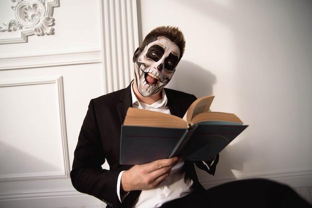 Il cranio compone il ritratto del giovane. arte del viso di halloween