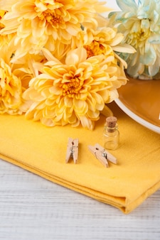 Il crisantemo fiorisce su un tovagliolo su una tavola di legno