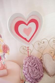 Il cuore decorativo si affaccia su panca decorativa