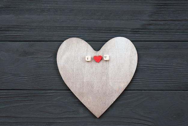 Il cuore di legno si trova su fondo di legno. concetto di eventi di amore, san valentino