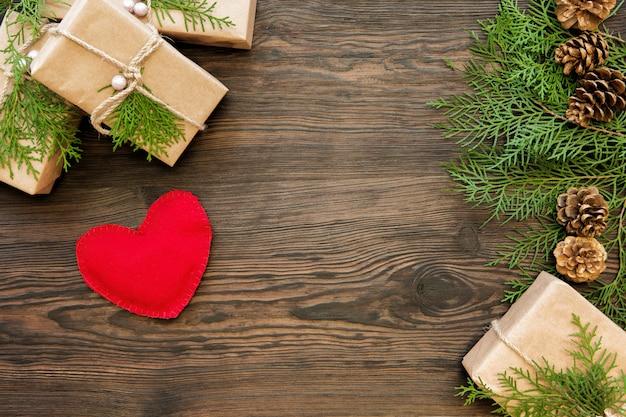 Il cuore rosso modella sul bordo di legno con lo spazio della copia