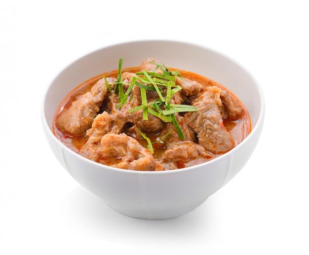 Il curry panaeng è un tipo di curry tailandese in una ciotola bianca