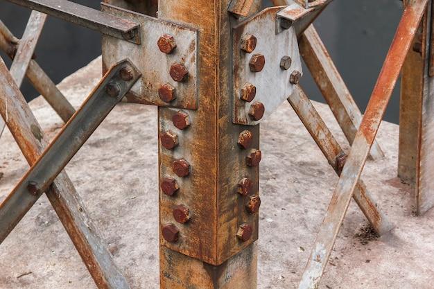 Il dado è arrugginito sul palo d'acciaio