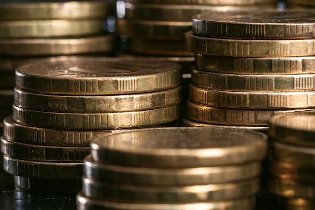 Il denaro impila il primo piano delle monete di metallo. messa a fuoco selettiva