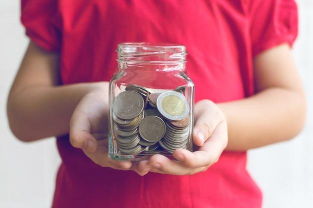 Il denaro nelle mani dei bambini. concetto di affari e finanza
