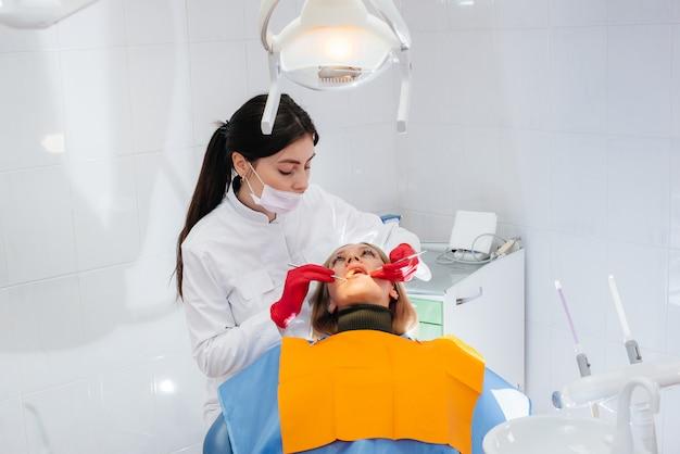 Il dentista conduce un esame e una consultazione del paziente. odontoiatria