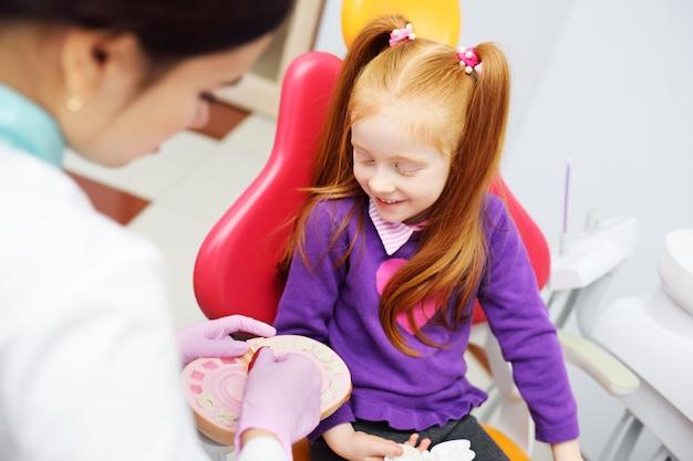 Il dentista racconta al bambino l'igiene orale