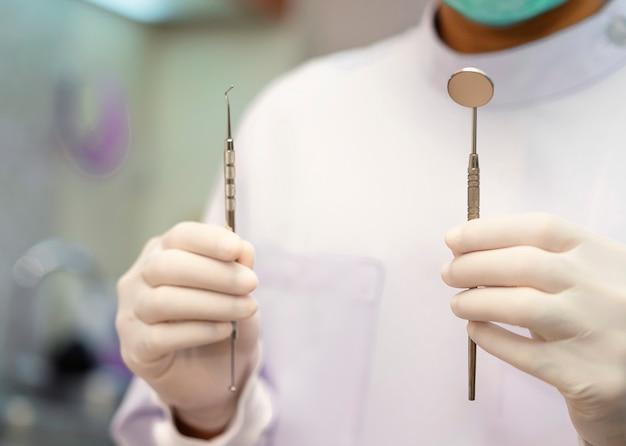Il dentista tiene in mano i denti modello.